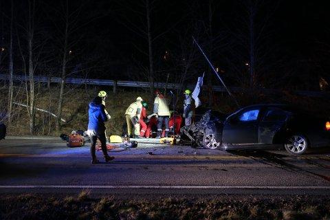 STORE SKADER: Begge bilene fikk store skader etter det kraftige sammenstøtet