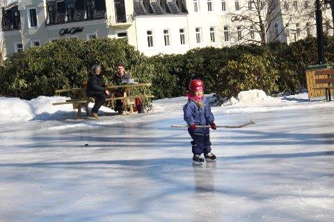 PÅ GLATTISEN: Lotte Falch Jarholm synes det var veldig glatt på isen, men koste seg likevel. I bakgrunnen sitter mor Lise Falch sammen med Dagfinn Holte og følger med.