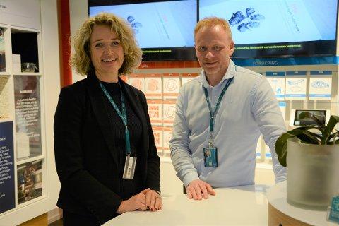 INGEN KRISE: Banksjef Karen Marie Sæther-Larsen og kollega Geir Atle Teigen i DNB Follo forteller at de gamle 100- og 200-lappene ikke mister verdien selv om de går ut av omløp.