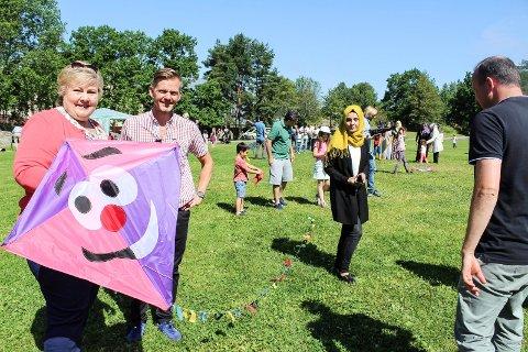 FLØY DRAGE: Tage Pettersen og statsminister Erna Solberg deltok på dragefest i Nesparken i fjor sommer. Nå innbyr Moss Høyre til flerkulturell aften.