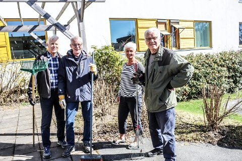TRÅR TIL: Rotary steller sansehagen ved Melløsparken sykehjem på dugnad. F.v.: Egil Arnsen, Jan-Ola Schneider, Dagrun Stræth Fledsberg og Per Oscar Saugestad.