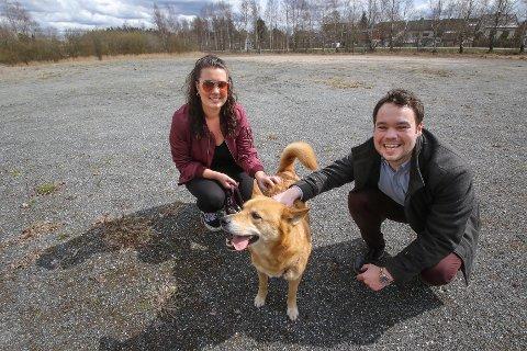 HUNDELIV: Michael Torp (Frp) foreslår at det lages hundepark på grusbanen på Øreåsen. Her er han sammen med  søsteren Charlotte Torp og hennes hund Mo.