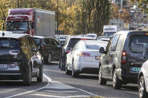Langt fra enige: Mens politikerne diskuterer, står trafikken fra fergen til E6.