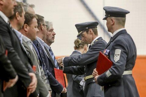 Viktig innsats: Brigader Rolf Folland deler ut innsatsmedaljer til noen av dem som deltok i de fredsbevarende styrkenes innsats i Libanon. På bildet får Martin Nygårdsmoen sin medalje. Alle foto: terje holm