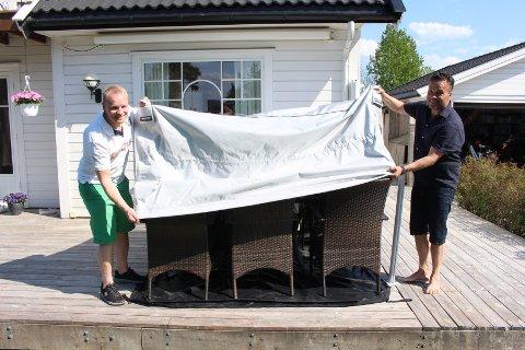NYTT: Krister A. Pedersen (t.v.) og Kåre Sekkesæter drar overdelen av Bag'in over utemøblene i en demonstrasjon av produktet.