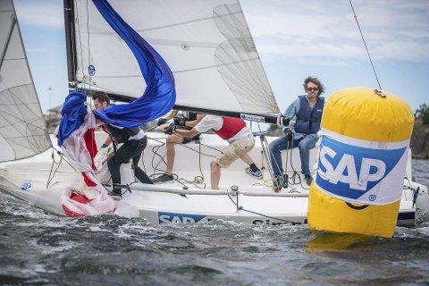 Action: Fire personer er samlet i hver av de fem båtene som seiler mot hverandre. Banen blir på ca. 400 meter hver vei.