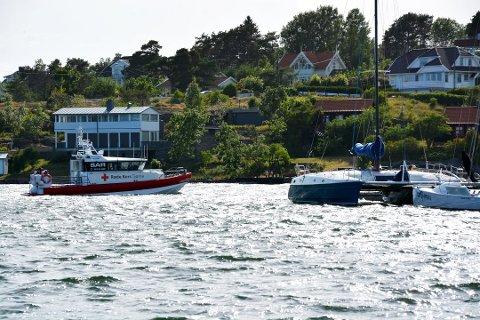 TIL VANNS: Flere skip ble satt inn i søket, blant annet Røde Kors-båten «Veritas» fra Tjøme.
