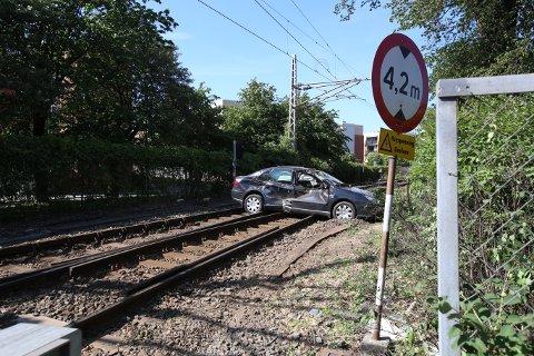 STORE SKADER: Heldigvis rakk føreren av bilen å komme seg unna før godstoget kjørte i den.