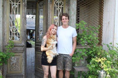 ÅPNING: Julie Chantal Levin-Erichsen og Alex Thelander er klare for åpning av Den Hemmelige Hagen på Nesodden. Hunden Zelda må nok se mye av driften fra sidelinjen.