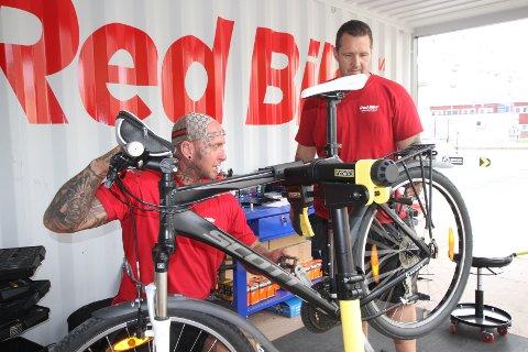 MEKANIKERE: Dag-Otto André Pedersen og Marius Solly har skiftet bremseklosser og sjekker at alt ellers er i orden på sykkelen.