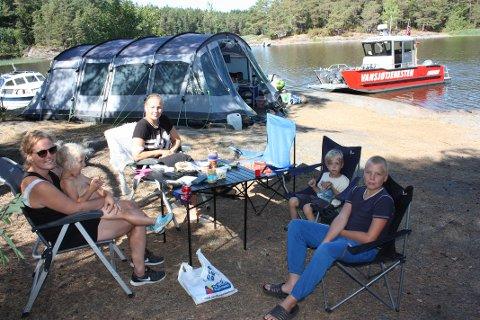 CAMPING-FROKOST: Line, Nova, Tina, Storm og Bastian koser seg med frokost i sommervarmen i det Vansjøtjenesten ankommer.