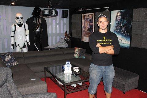 KINOKJELLER: Joachim Næss har laget en egen kinokjeller i huset med Star Wars-tema.