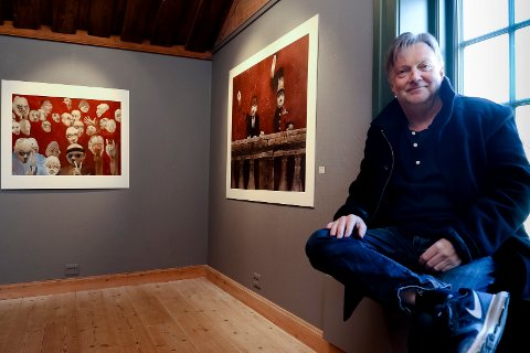 SOLI BRUG: Ole Dørje , her med bilder av Roj Friberg på en utstilling i 2017, kan se tilbake på 40 år på Soli Brug.