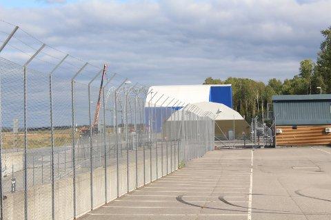 RIVES: Ryanairs flybase på Rygge, en plasthangar, rives i disse dager. - Ikke et dårlig tegn for videre flyplass-planer, forsikrer styremedlem i RSL, Espen Ettre til Moss Avis.