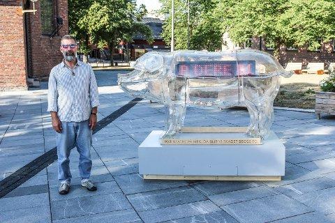 PIG: James Moore er mannen som har tatt initiativet til sette ut den store sparegrisen PIG på Kirketorget i Moss.