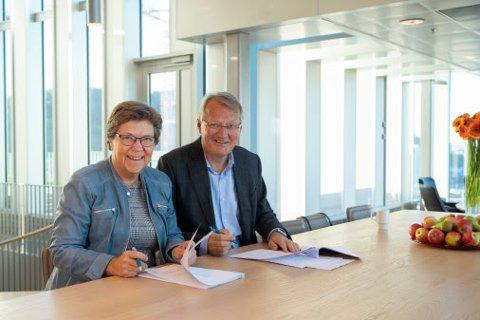 Turid Grotmoll, konsernsjef i SpareBank 1 Gruppen og Rune Bjerke, konsernsjef i DNB signerte mandag avtalen som betyr dannelsen av et av landets største forsikringsselskaper.