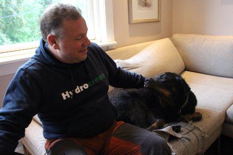 FORSVUNNET: Geir Even Elgaaen savner igjen hunden sin Mika som har blitt borte etter å ha blitt skremt av fyrverkeri fredag kveld.