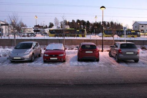 PLASS: Når snø dekker linjene, blir det fort stor plass mellom parkerte biler. Til andre trafikanters frustrasjon.