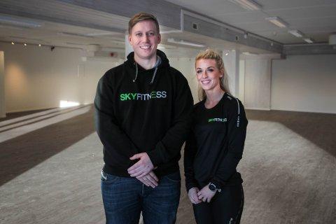 Administrerende leder i Sky Fitness Norge, Erlend By Rise, og senterleder i Fredrikstad, Stina Eilertsen, gleder seg til åpningen av det nye senteret.