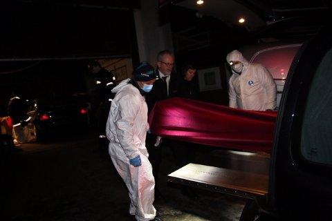 FRAKTET BORT: Onsdag ved 16:00 fikk politiet melding om funnet av en død person på Krapfoss. Krimteknikere jobbet på åstedet utover kvelden. Her kjøres avdøde bort. SVEIP FOR FLERE BILDER - >
