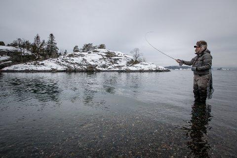 FISKE: Morten Pettersen fisker etter sjøørret ved Kulpe i Mossesundet. Nå blir alt fiske, bortsett fra fiske etter sjøørrett, forbudt i Mossesundet fra januar og ut april. Hensikten er å verne kysttorsken.