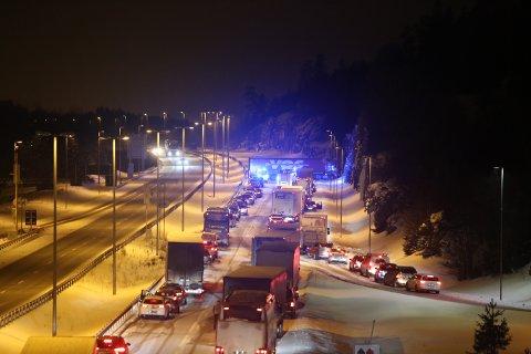 Traileren ble stående på tvers og sperrer all trafikk på E6 i sørgående retning.