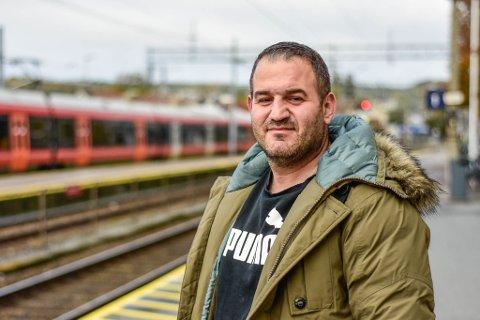 MÅTTE VENTE: Basil Maki skulle ta toget 12:08 torsdag, men på grunn av streik måtte han vente i to timer på stasjonen for neste tog til Oslo.