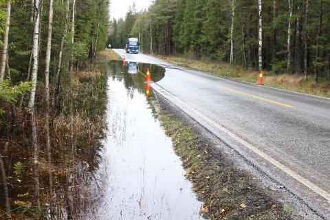 FLOM: Hver gang det regner mye, flommer vannet over veien mellom Missingmyr og Svinndal.