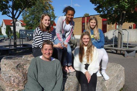 BØSSEBÆRERE: Elever fra Malakoff var med og samlet inn penger til forskning på demens. Bak fra venstre sitter Nicoline Leegaard Kvennsjø, Elsa Gebreselassie, Nora Johansen. Foran sitter lærer Heidi Østlie og Madline Hauslo.