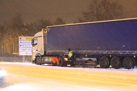 Politiet bistår vogntog-sjåføren som fikk trøbbel på glatta mandag morgen.