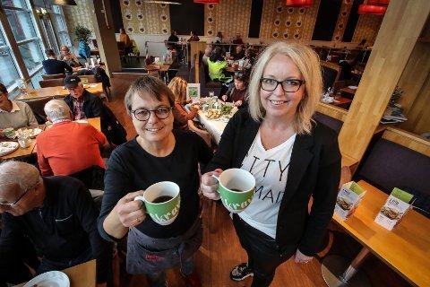 SKRAVLESENTER: På Mosseporten kjøpesenter har alle kaféene nå tatt i bruk Skravlekoppen. Jordbærpikene har benyttet seg av koppen i ett år og har veldig gode erfaringer. Daglig leder for Jordbærpikene Ann Karin Pettersen (t.v) og senterleder Kamilla Tarvang Aagaard.