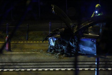 SMELL: En mann i 20-årene krasjet på E6 sør for Årvollkrysset natt til lørdag. E6 ble stengt etter ulykken, og mannen sendt til Kalnes. Sveip til høyre for flere bilder. ->