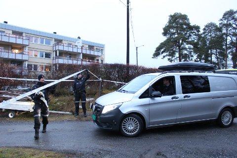 KRIMTEKNISK: Politiet løfter sperrebånd ved stedet for å slippe inn en varebil med krimteknisk utstyr.