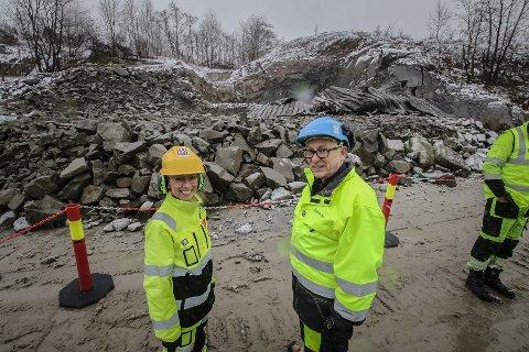 FØRSTE SALVE: En fornøyd ordfører Hanne Tollerud sammen med prosjektsjef Jarle  Rasmussen i Bane NOR foran det første innslaget.