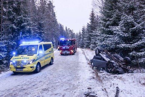 HAVNET PÅ TAKET: Fire personer satt i bilen som havnet på taket i Erikstadveien i Vestby fredag ettermiddag. Ifølge politiet skal ingen være alvorlig skadet. Foto: Kjetil Næss