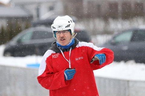 PÅ NATURIS: Jan-Eddy Narozny er en av få i landet som driver skøyteskole utendørs på naturis.