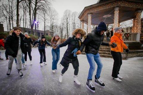 FØRST TIL MØLLA: Elever  fra Malakoff videregående skole var de første til å teste isen.
