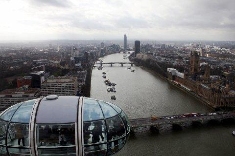 ILLUSTRASJONSFOTO: Utsikt over London fra turistattraksjonen London Eye. Tower of London til høyre i bildet, elven Themsen i midten, og i forgrunnen én av kapslene på London Eye.