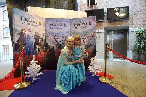«Elsa» fra Disney-filmen Frozen og Alva Aurora (5) før premieren.