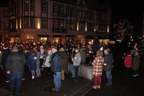 FAKKELTOG: Mange hundre mennesker møtte opp for å gå i fakkeltog for Ari Behn og psykisk helse i Moss søndag.