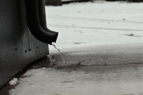 RENNER BORT: Det er falt en god mengde med snø natt til søndag, men mossevinteren viser seg fra sin ufine side ved å sende oss regn den påfølgende dagen.