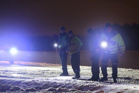 PÅ PLASS: Alle nødetater er på plass i Hobølveien ved Middagsåsen tirsdag kveld etter at en mann ble påkjørt av en bil.