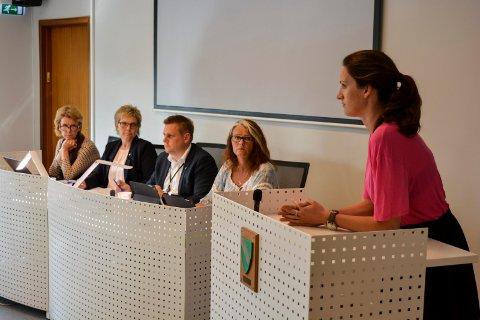 TALEFØR: MDGs Madelen Roxman Ueland på talerstolen i Råde kommunestyre i 2017. Fra høyre sitter Kjersti Bakker (H), ordfører Rene Rafshol (H), rådmann Inger Skarpholt Fjeld og sekretariatssjef Nina Johansen.