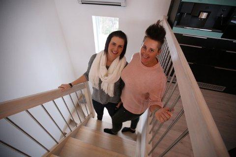 DROPPET MEGLER: Ida Jensen (t.v) og Guro Vivelid har denne gangen valgt å droppe å bruke eiendomsmegler når de skal selge huset sitt. – Å bruke megler er et godt valg for dem som ikke har tid til å stå for salget selv, men vi var ikke i tvil, sier samboerparet.