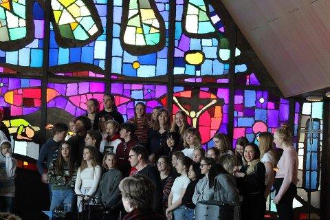 ØVER: Konfirmantene øver i Jeløy kirke til solidaritetskonserten siste helg i mars. SVEIP OVER FOR Å SE FLERE BILDER