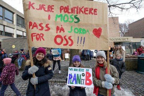 Ungdom streiket for klima i utenfor rådhuset i Moss tidligere i år.