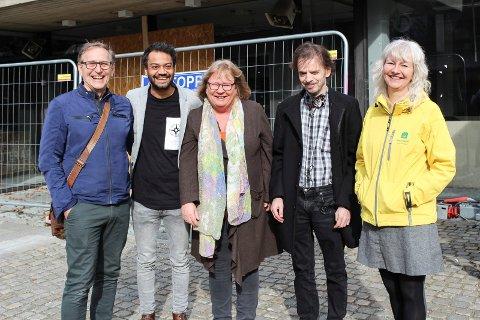 FORNØYDE: Nå har styringsflertallet i Moss blitt enige om regler mot useriøst arbeidsliv og sosial dumping. F.v.: Eirik Tveiten (Rødt), Shakeel Rehman (Ap), May Hansen (SV), Øivind Tandberg-Hanssen (SV) og Benedicte Lund (MDG). SVEI