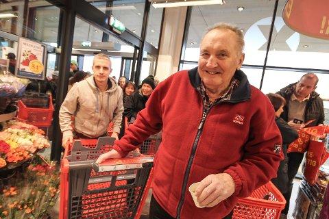 KOSTE SEG: Einar Sæby var en av mange som sto i kø for å komme inn i den nye Extra-butikken i Varnaveien. Han syntes det var blitt en fin butikk.