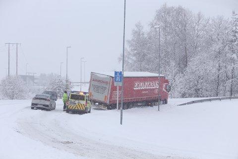 I GRØFTA: Et vogntog har sklidd av veien ved Patterødkrysset. Det skal være ekstremt glatt, og dårlig brøytet på stedet.