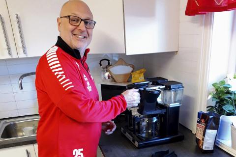 KAFFEKOKER: Tor Arild Janson-Haddal, trener og sportslig leder, tar gjerne også på seg jobben som kaffekoker på onsdagskafeen.